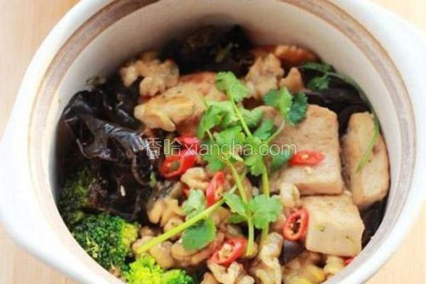 蚝汁桃仁木耳豆腐煲