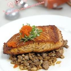 煎三文鱼配酱汁牛肉的做法[图]