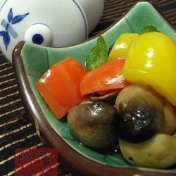 青红黄椒炒草菇的做法[图]