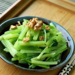核桃炝芹菜的做法[图]