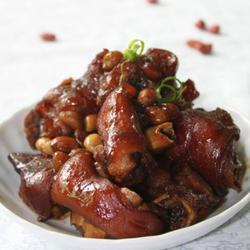 姜葱花生焖猪蹄的做法[图]