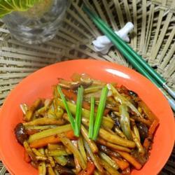 煸炒茶树菇西芹的做法[图]