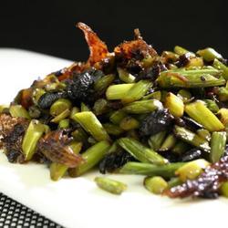豆豉鲮鱼炒蒜苗的做法[图]