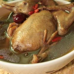 首乌防党黑糯米煲乳鸽的做法[图]