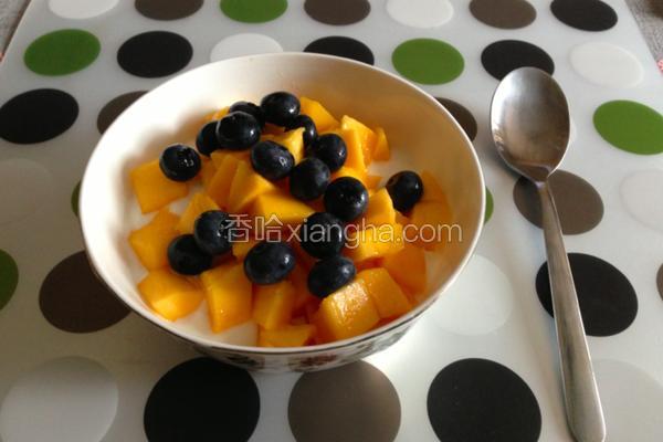 芒果蓝莓酸奶早餐