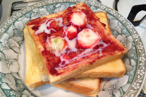 新鲜草莓炼乳吐司