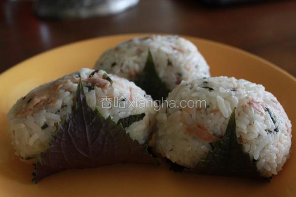 紫苏鲔鱼饭团