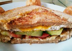 鸡蛋全麦土司三明治