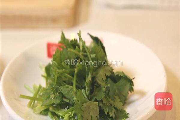 葱姜蒜洗净切片,香菜切段。香菇、冬笋洗净切片;五花肉切片。