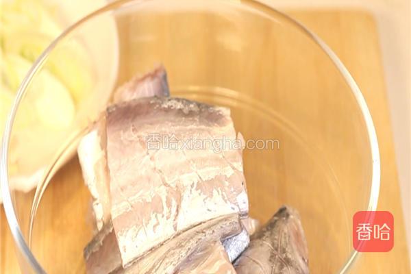 带鱼去头,去鱼鳍和鱼鳞,刮净外皮洗净,顺着条打出小刀口,切5-6cm长的段,放入碗中备用。