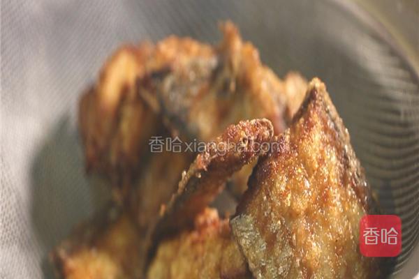 锅内放入300克色拉油,大火待油温加热至7成热,即筷子放入油中周边有微小的气泡冒出时,依次放入裹好淀粉的带鱼,炸至两面金黄捞出控油。
