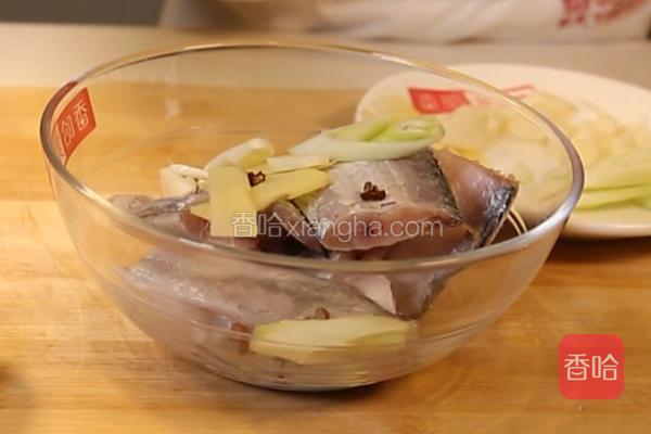 加入少许葱姜蒜,加入花椒5克,盐10克,胡椒粉5克,料酒10克,淀粉15克,均匀腌制20分钟。