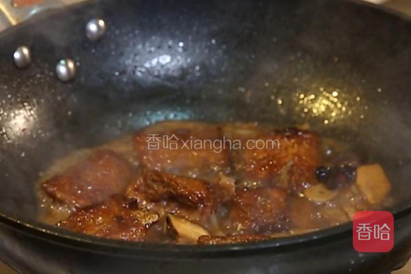 加500克清水,放入炸好的带鱼,翻炒均匀后转小火炖10分钟。