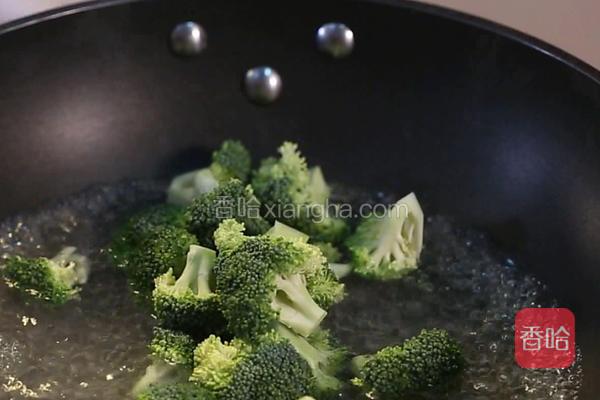锅中下入清水200克,大火烧开,下入摘好的西兰花,焯透放入碗中备用。