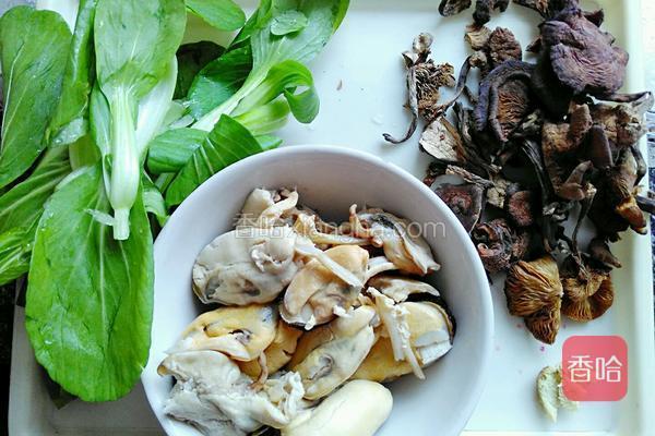 准备食材。小油菜,洋葱,淡菜,榛蘑,生姜。