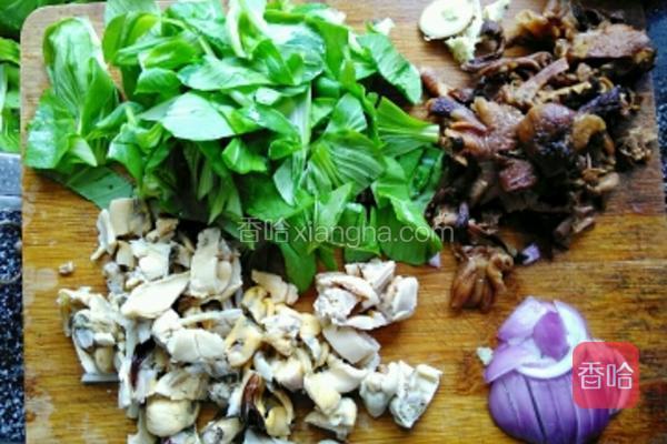 小油菜洗净沥干水份,榛蘑提前用温水泡发。将油菜、榛蘑、淡菜、洋葱均改刀切成小段。生姜切片。