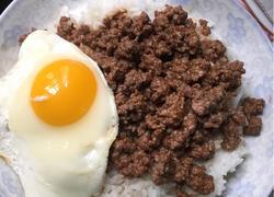 窩蛋免治牛肉饭