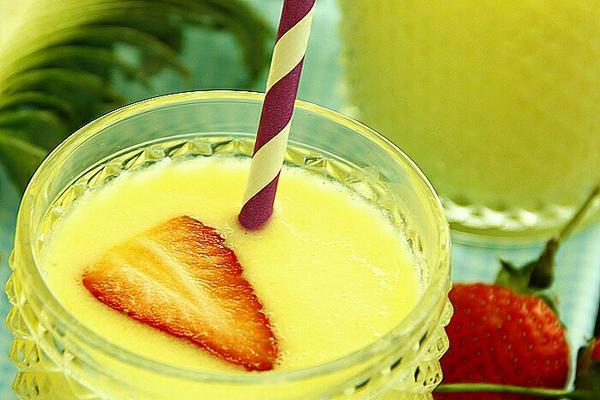 草莓菠萝奶昔