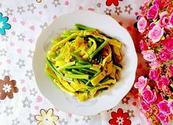 蒜苔炒蛋饼