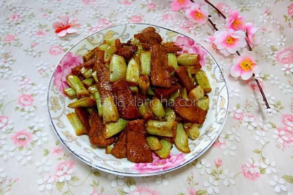红烧肉炖土豆豆角_红烧肉炖豆角的做法_菜谱_香哈网