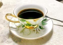 手动磨咖啡。