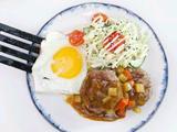 咖喱牛肉汉堡伴卷心菜沙拉的做法[图]