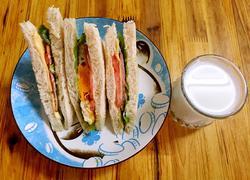 火腿培根蛋三明治