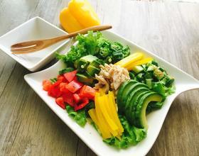 鸡肉牛油果彩蔬沙拉