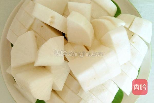 白萝卜切块。