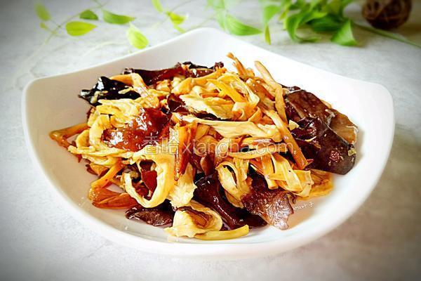 黄花菜腐竹炒木耳