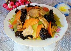 胡萝卜青笋木耳炒肉片