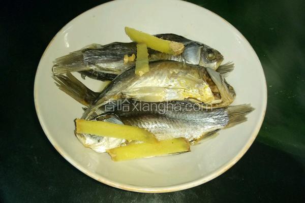 米饭蒸盐腌小鲫鱼