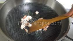 香菇炒黄瓜的做法图解7