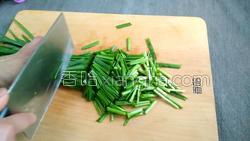 腊肉蚕豆米炒韭菜的做法图解3