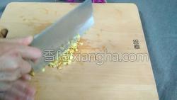 腊肉蚕豆米炒韭菜的做法图解4