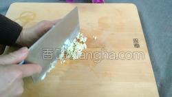 腊肉蚕豆米炒韭菜的做法图解5