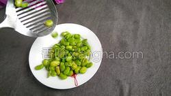 腊肉蚕豆米炒韭菜的做法图解7