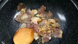 腊肉蚕豆米炒韭菜的做法图解9