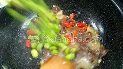 腊肉蚕豆米炒韭菜的做法图解11