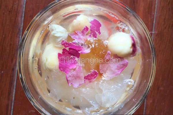 玫瑰花系列皂角米桃胶莲子银耳汤