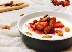 巴旦木草莓酸奶杯