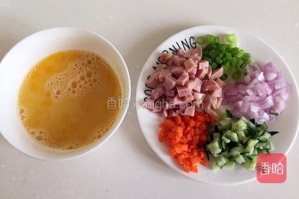 搅散蛋液,其余食材切丁。