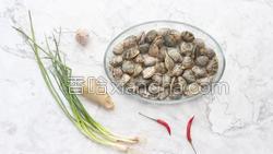 香菇酱炒花蛤的做法图解2