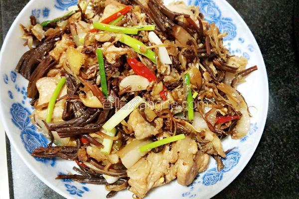 干茶树菇炒五花肉