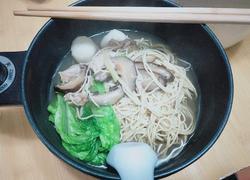 黑胡椒香菇鱼丸汆肉汤面