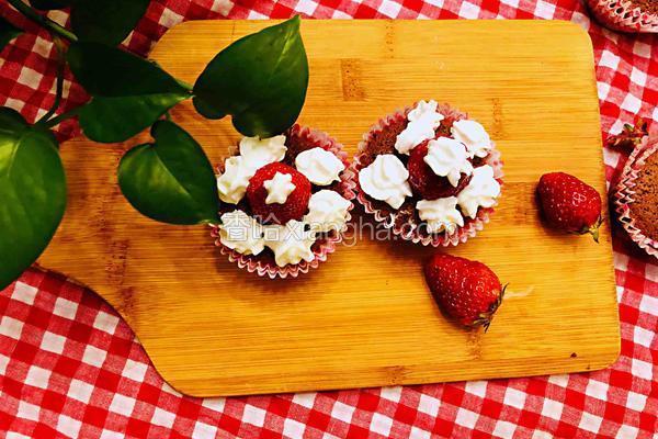 圣诞帽草莓杯子蛋糕