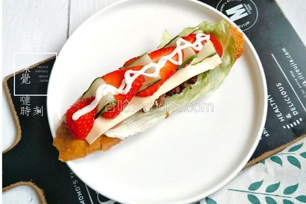 牛肉饼草莓三明治