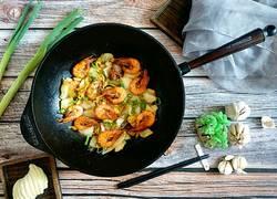 中式炒菜の铁锅鲜虾白菜