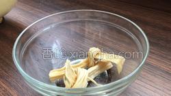 肉丝炒腐竹结的做法图解2